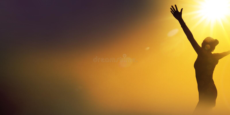 Silhouette d'une femme de danse heureuse photographie stock