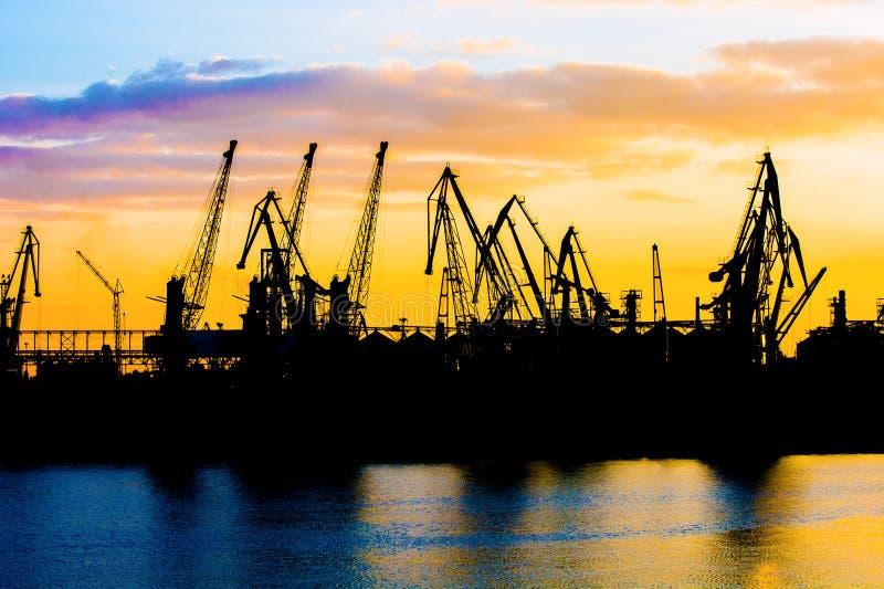 Silhouette d'une grue Grues au port Silhouette de port image libre de droits