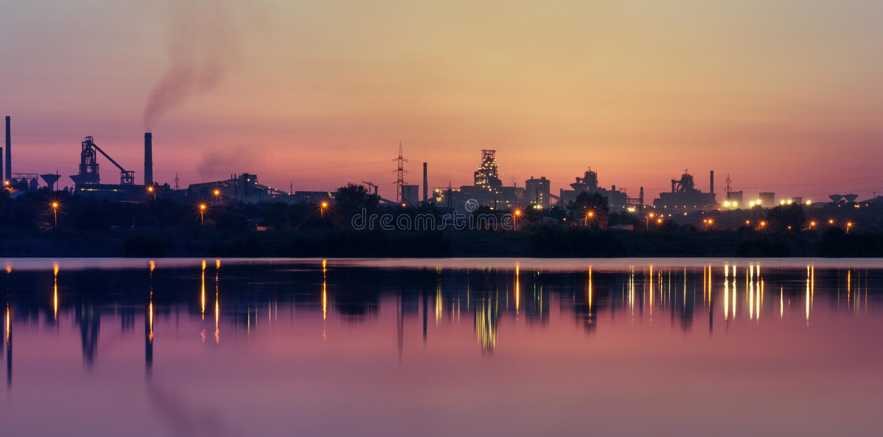 Silhouette d'usine au coucher du soleil image stock