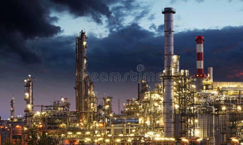 Silhouette d'usine de raffinerie de pétrole au-dessus de lever de soleil photos stock