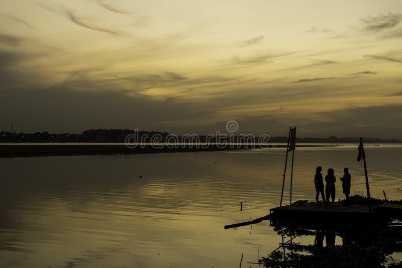 Silhouette dans le Mekong photo libre de droits