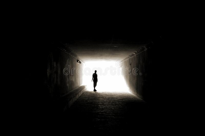 Silhouette dans le tunnel photo libre de droits