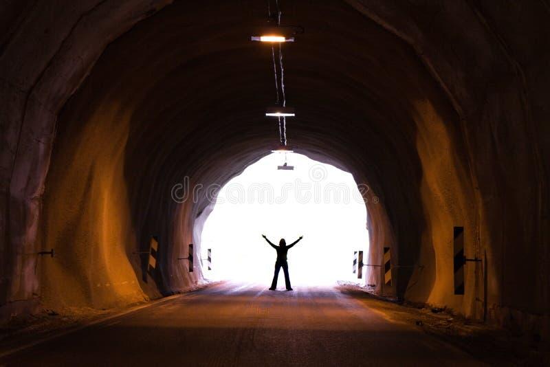 Silhouette dans le tunnel photographie stock libre de droits