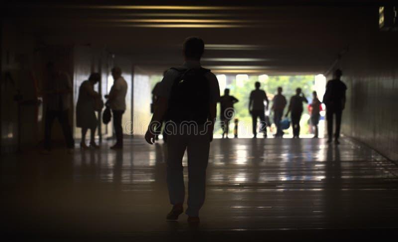 Silhouette dans un tunnel de souterrain Lumière à l'extrémité du tunnel image stock