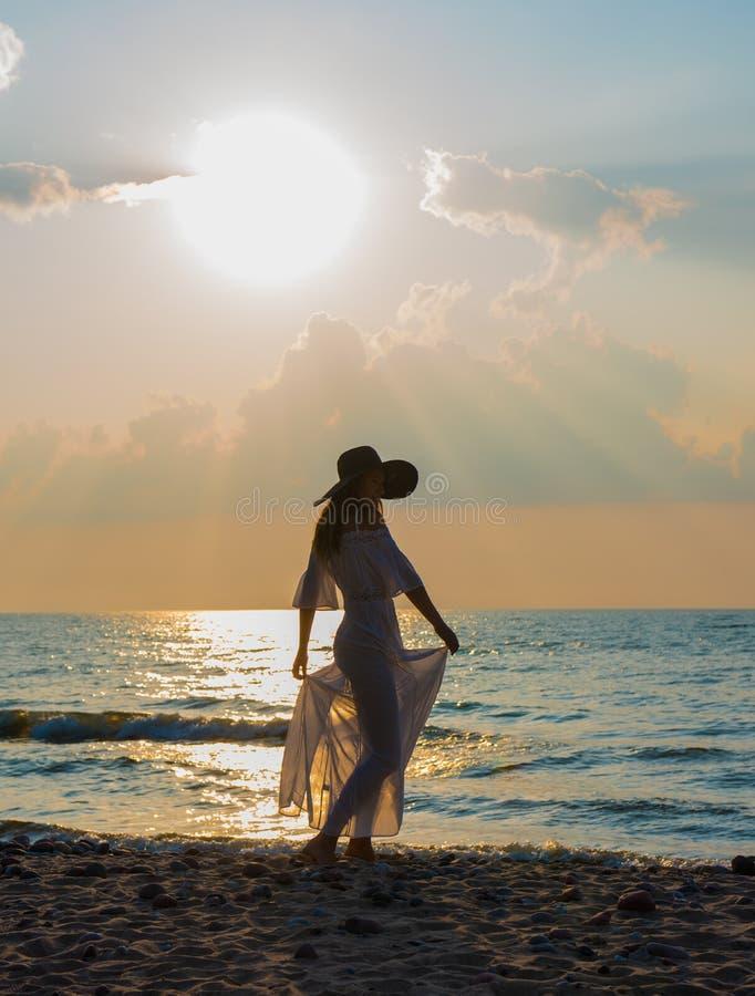 Silhouette de belle jeune femme images stock