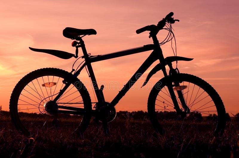 Silhouette de bicyclette image stock