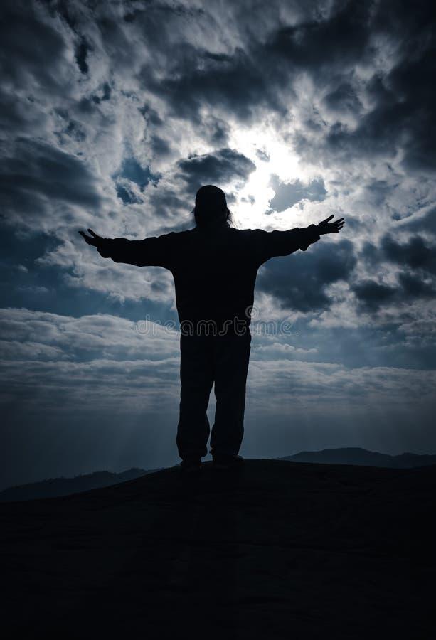 Silhouette de bout droit heureux de femme les bras Voyage des vacances image libre de droits