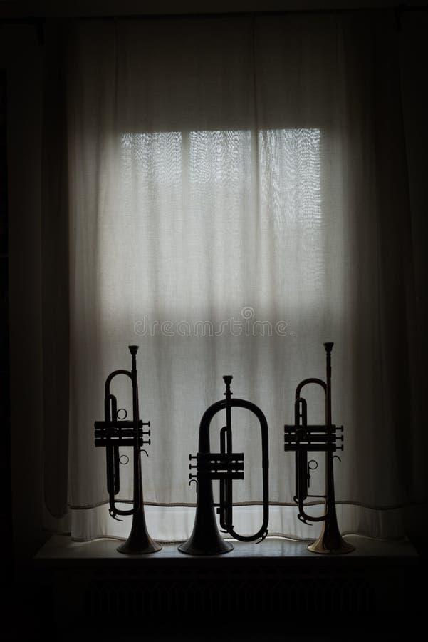 Silhouette de bugle et de trompettes image stock