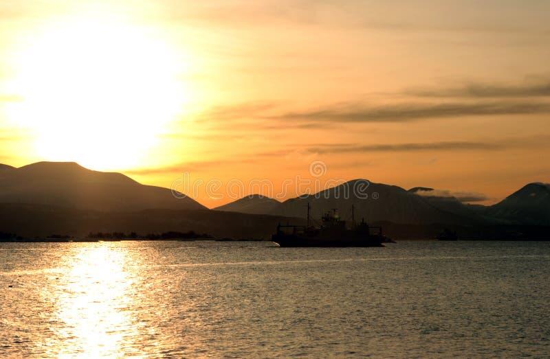 Silhouette de car-ferry au coucher du soleil photo stock