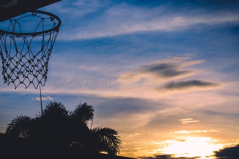 Silhouette de cercle de basket-ball Cercle de basket-ball avec le silhouet de coucher du soleil images libres de droits