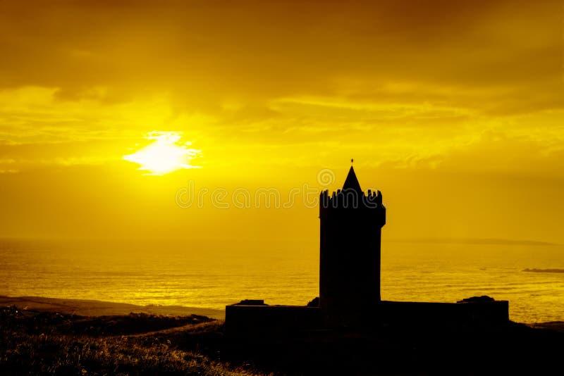 Silhouette de château au coucher du soleil en Irlande. images libres de droits