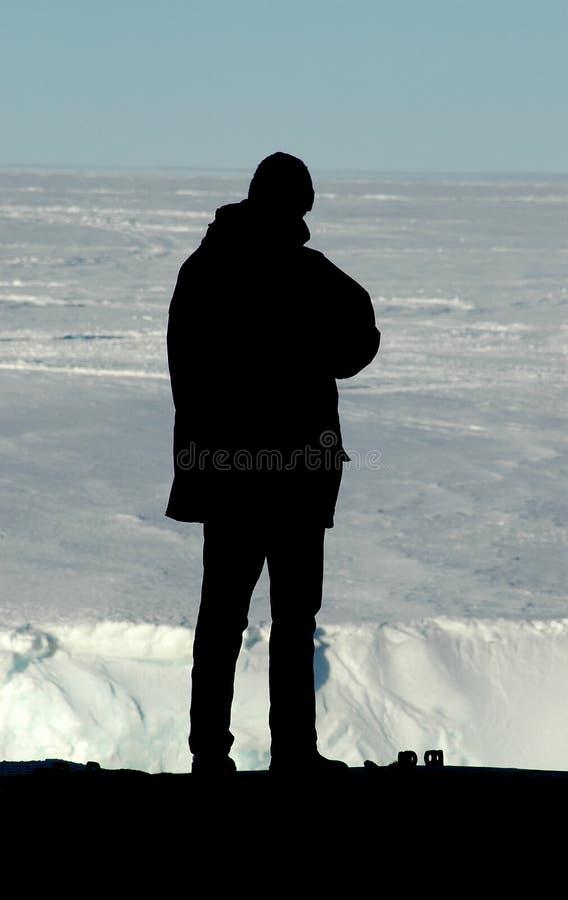 Silhouette de chercheur devant l'Antarctique images libres de droits