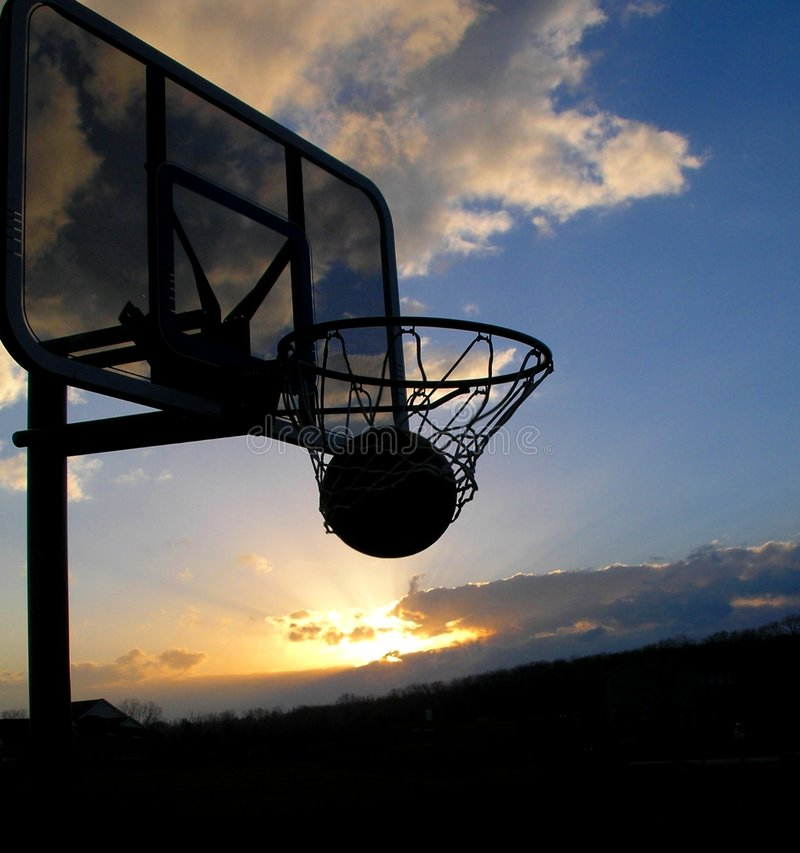 Silhouette de coucher du soleil de basket-ball photos libres de droits
