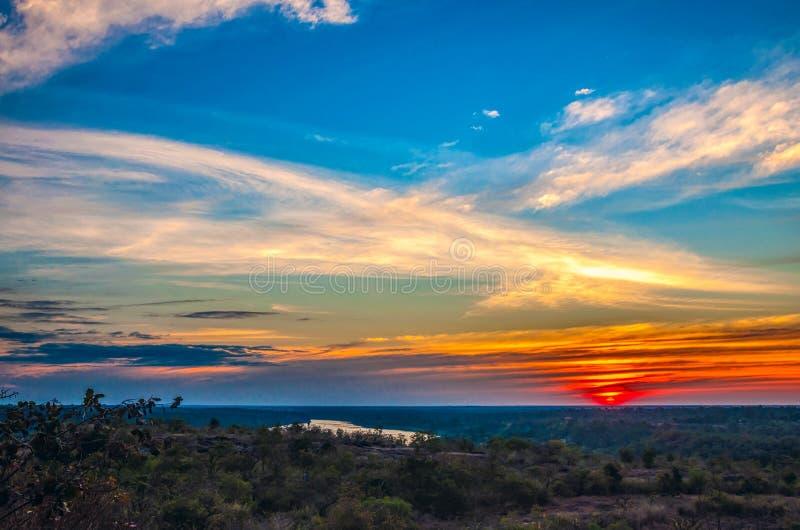 Silhouette de coucher du soleil de l'atmosphère le soir photographie stock