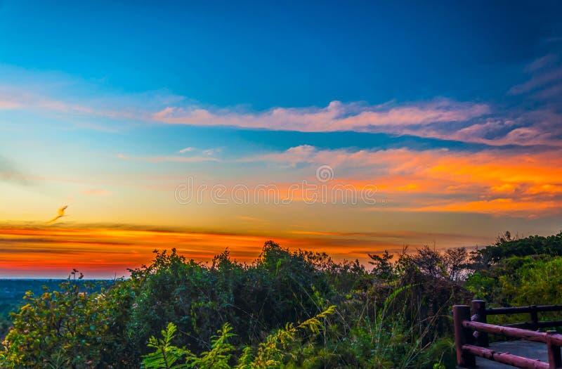 Silhouette de coucher du soleil de l'atmosphère le soir photos libres de droits