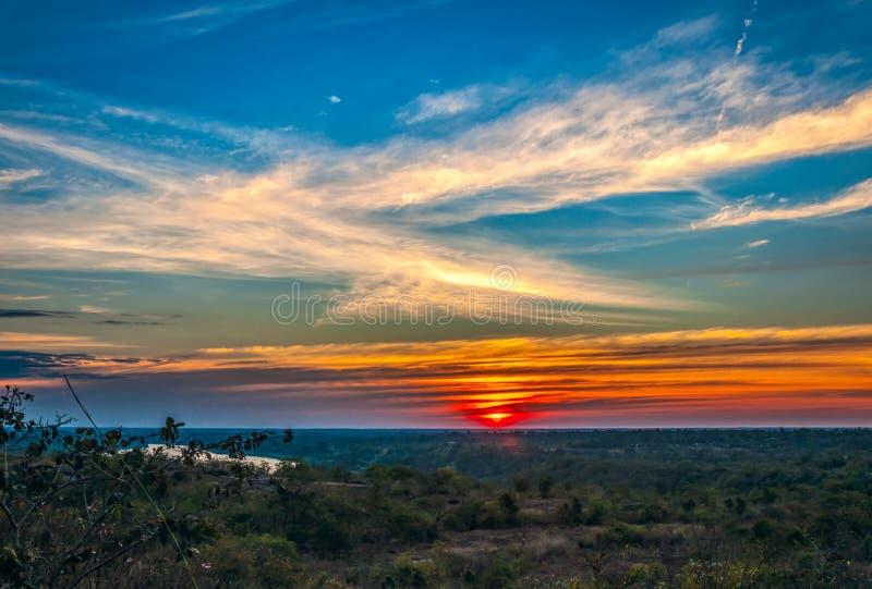 Silhouette de coucher du soleil de l'atmosphère le soir photo libre de droits