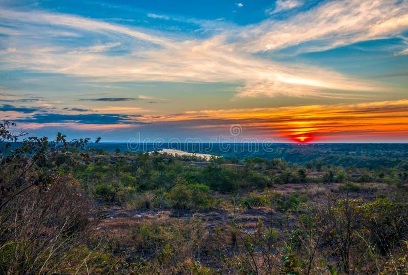 Silhouette de coucher du soleil de l'atmosphère le soir image stock