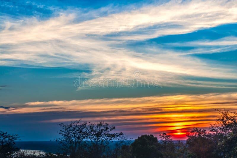 Silhouette de coucher du soleil de l'atmosphère le soir images libres de droits
