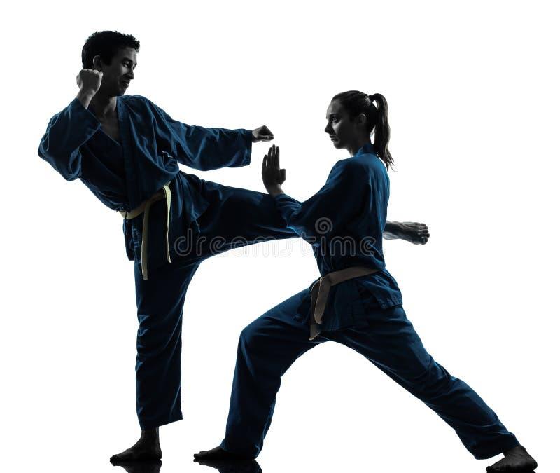 Silhouette de couples de femme d'homme d'arts martiaux de vietvodao de karaté photographie stock libre de droits