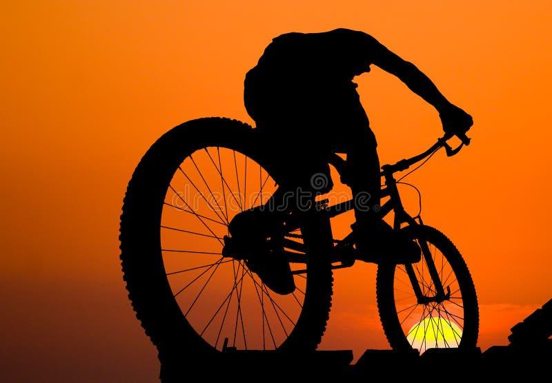 Silhouette de cycliste de montagne photos libres de droits