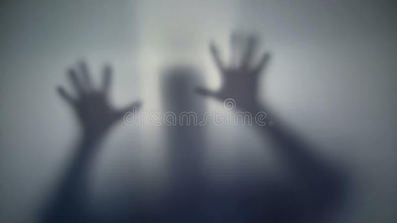 Silhouette de demander de personne de l'aide, étranger surnaturel effrayant, créature étrange photos libres de droits