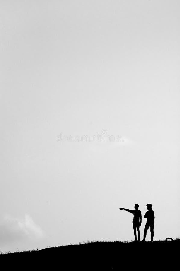 Silhouette de deux hommes photo stock