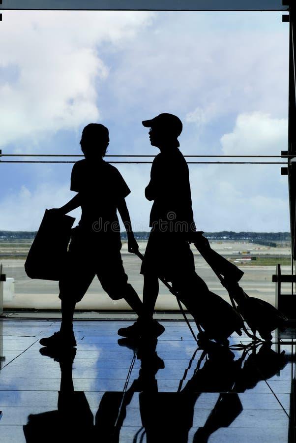 Silhouette de deux voyageurs photographie stock libre de droits