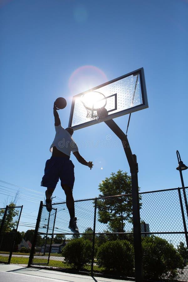 Silhouette de Dunker de basket-ball images libres de droits