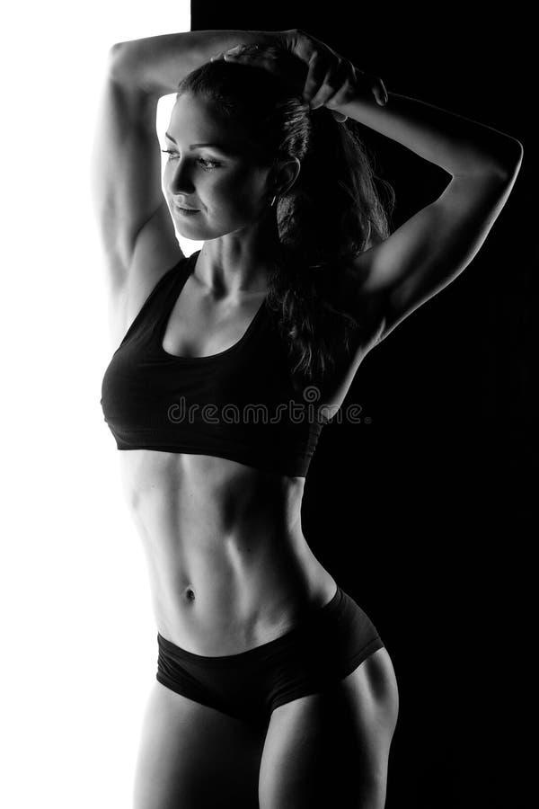 Silhouette de femelle sportive dans le studio photo libre de droits