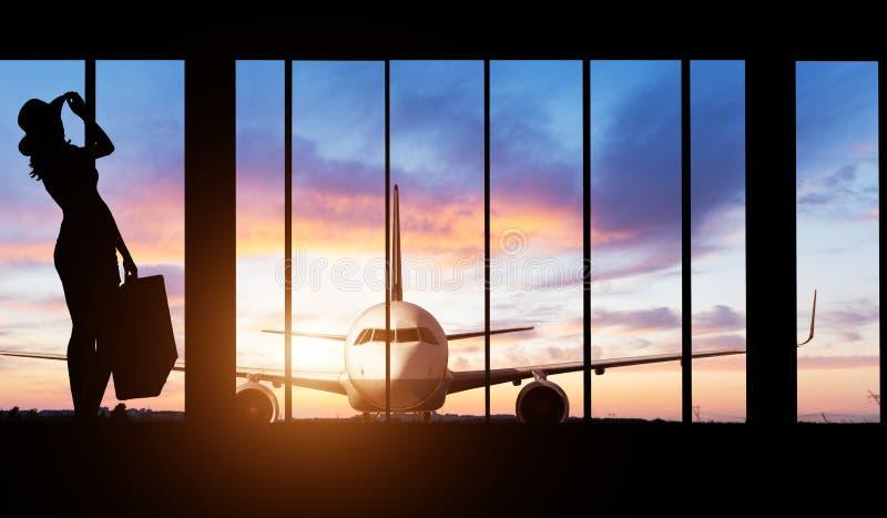 Silhouette de femme à l'aéroport - concept de voyage images libres de droits