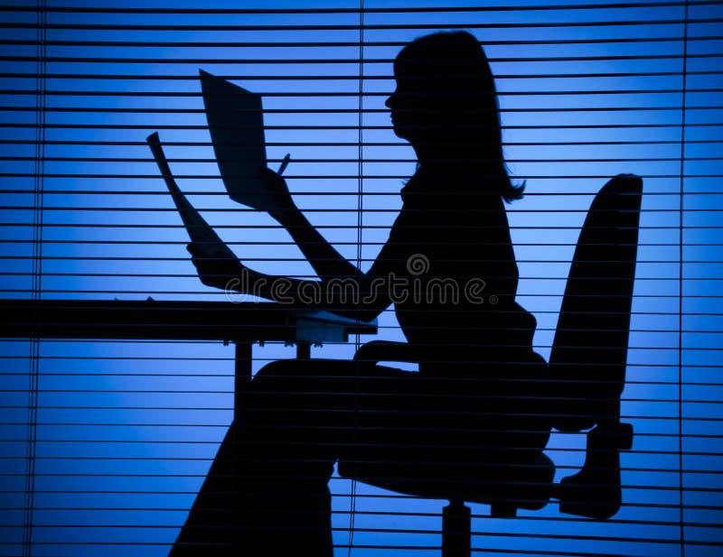 Silhouette de femme avec des papiers photos libres de droits