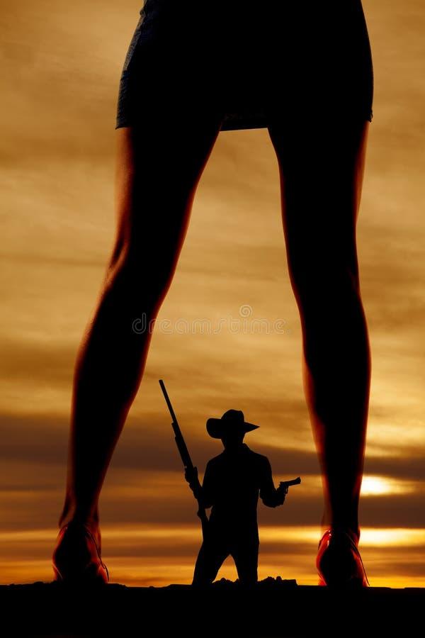 Silhouette de femme dans la robe et le cowboy de jambes de talons image libre de droits