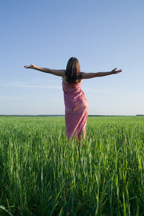 Silhouette de femme de beauté contre le ciel image libre de droits