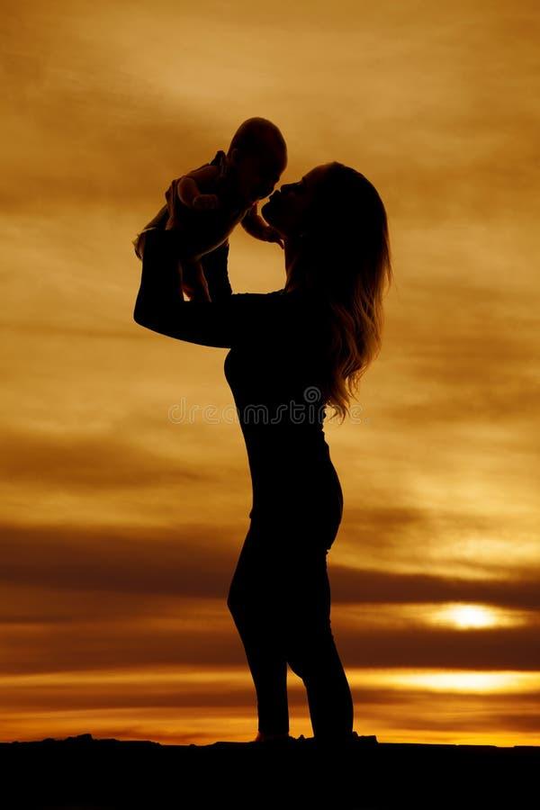 Silhouette de femme embrassant le bébé images libres de droits