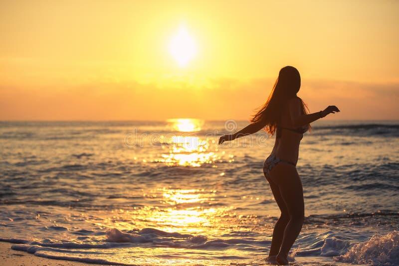 Silhouette de femme insouciante sur la plage image libre de droits