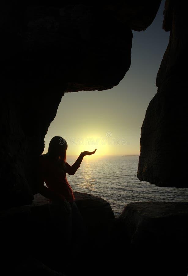 Silhouette de femme retenant le soleil photos libres de droits