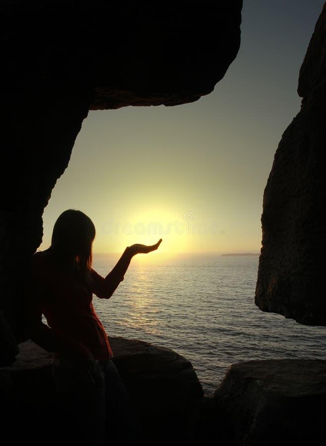 Silhouette de femme retenant le soleil images libres de droits