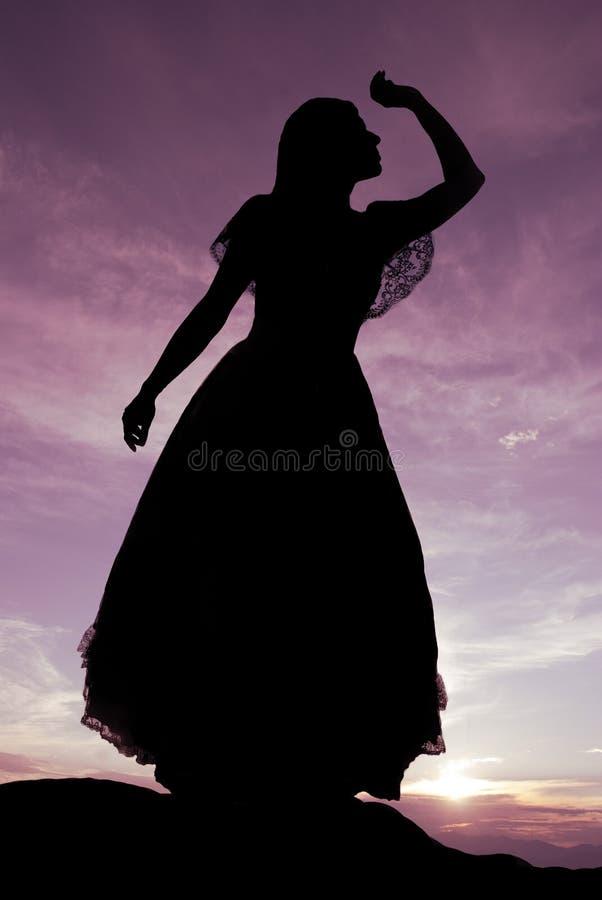 Silhouette de femme sur la colline image libre de droits