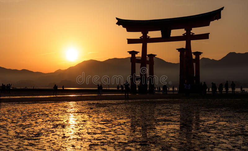 Silhouette de flotter la porte de Torii au coucher du soleil, île de Miyajima, salut photos stock