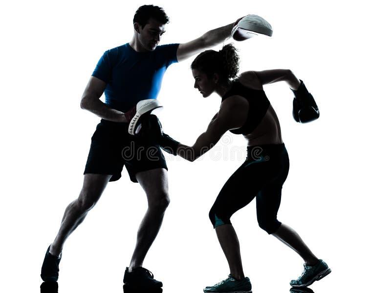 Silhouette de formation de boxe de femme d'homme images stock