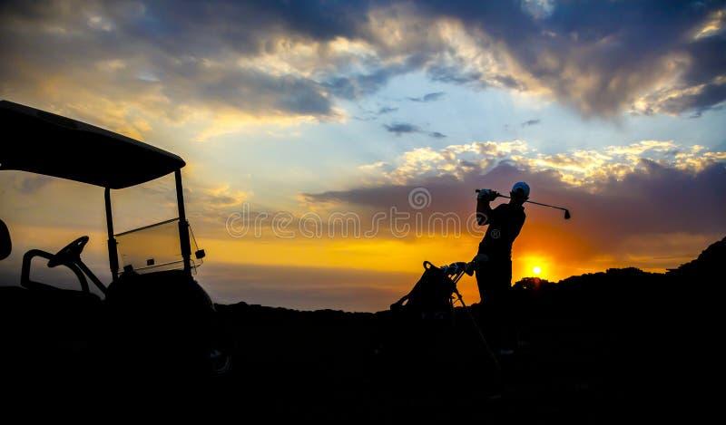Silhouette de golfeur au coucher du soleil photos stock