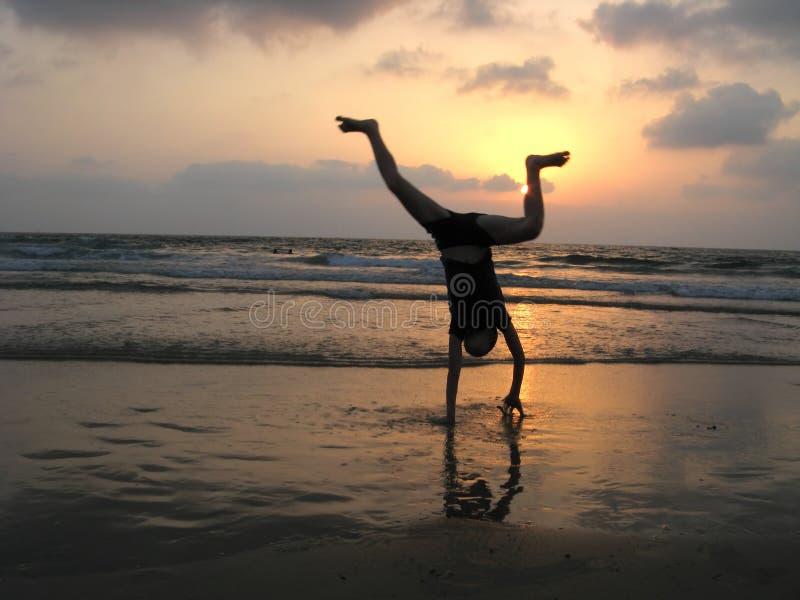 Silhouette de gosse sur la plage image libre de droits