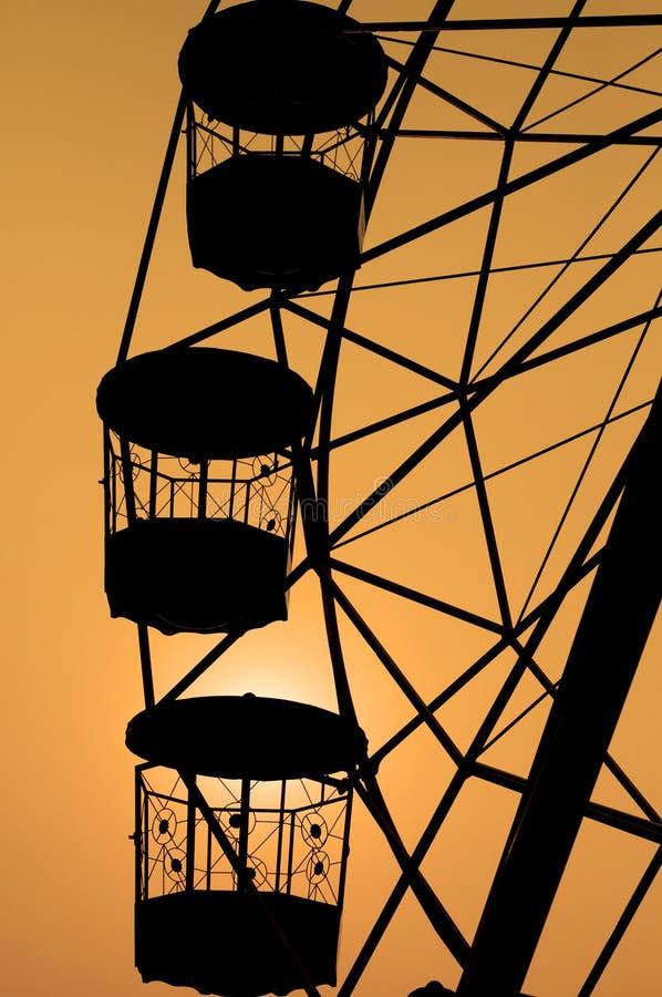 Silhouette de grande roue. image stock