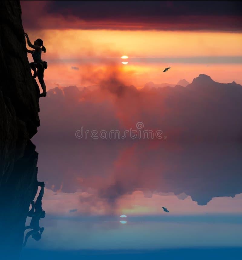 Silhouette de grimpeur féminin élégant avec le lac et photographie stock libre de droits