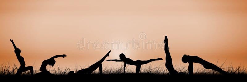 silhouette de groupe de yoga au coucher du soleil illustration de vecteur