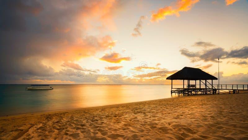 Silhouette de jetée au coucher du soleil en Îles Maurice photographie stock