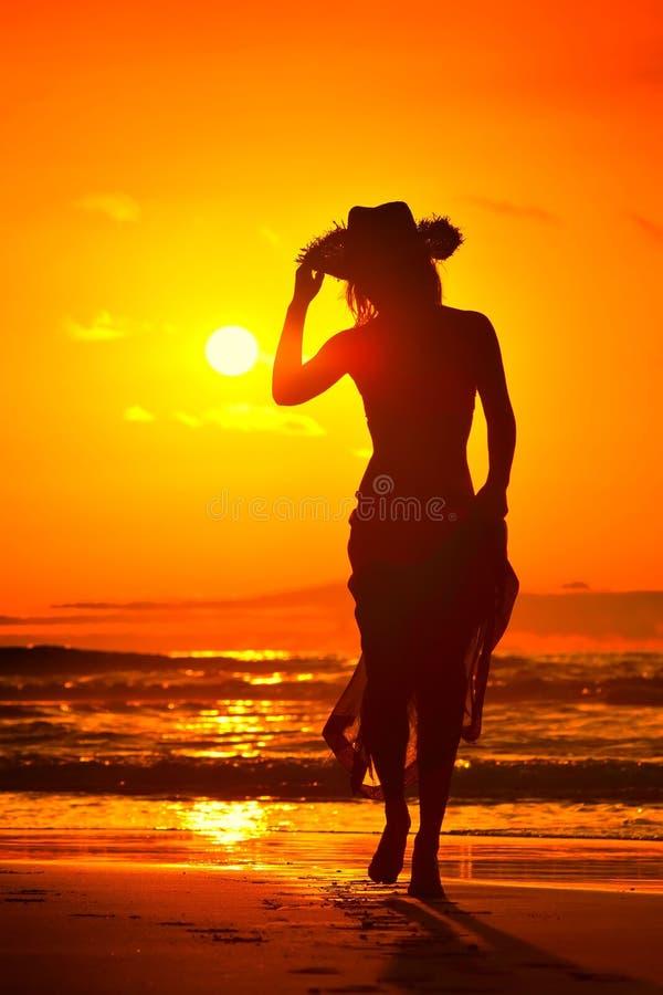 Download Silhouette De Jeune Femme Sur La Plage Dans Le Coucher Du Soleil D'été Image stock - Image du verticale, beauté: 56481057