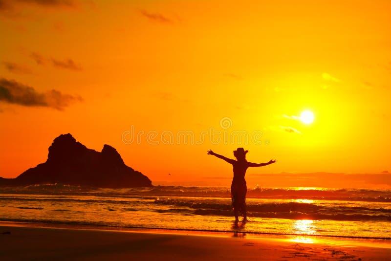 Download Silhouette De Jeune Femme Sur La Plage Dans Le Lght De Coucher Du Soleil D'été Photo stock - Image du océan, main: 56481354