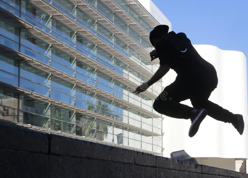 Silhouette de jeune garçon sautant à Barcelone photos libres de droits