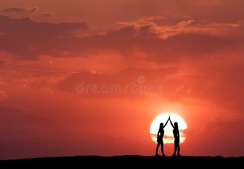 Silhouette de jeunes filles sportives debout photographie stock libre de droits